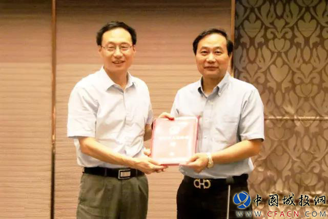 荆州市崔永辉市长给丁伯康博士颁发聘书